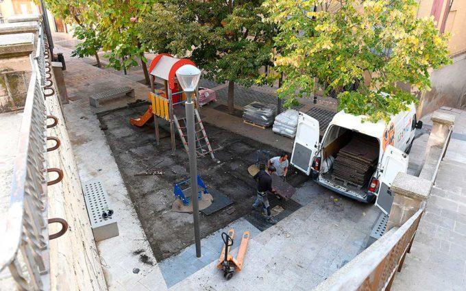 El Ayuntamiento de Alcañiz sustituye el pavimento del parque infantil de la plaza Mendizábal
