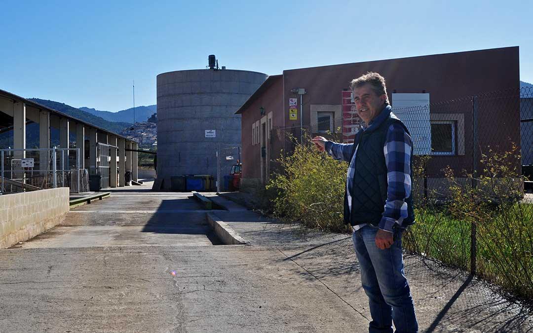 El alcalde de Peñarroya de Tastavins, Ricardo Blanch, confía en que la planta comience a depurar purines en los próximos meses. J.L.