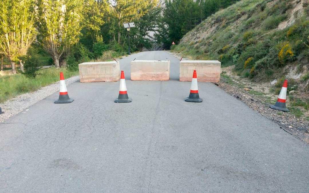 La carretera que une Aliaga-Miravete está cortada al tráfico./ L.C.