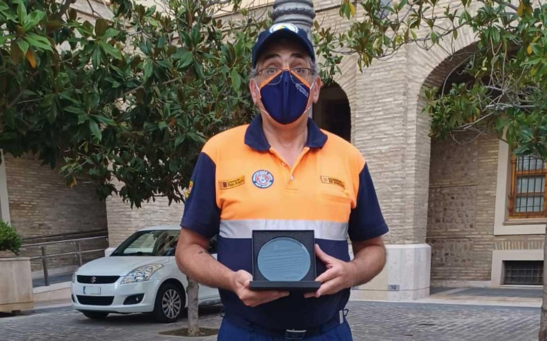 Representante de la Agrupación de Voluntario de Protección Civil Salvamento Bajo Aragón con la placa distintiva./ Salvamento Bajo Aragón