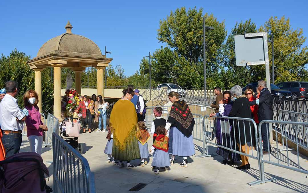 Numerosos oferentes han ido en familia a visitar a la Virgen en Alcañiz./I.M.