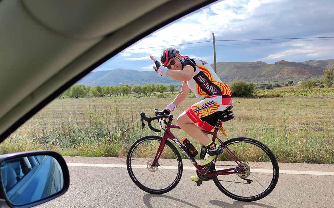 Saludo de un ciclista en la Sesé Bike Tour./A.G.