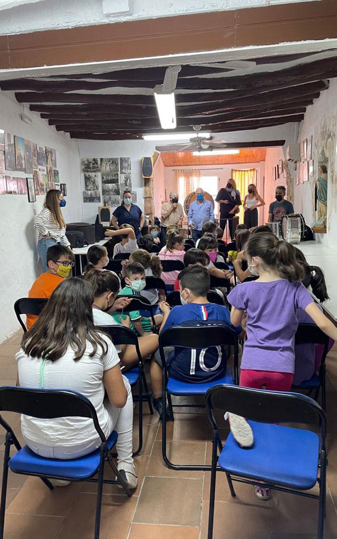 La Escuela del Tambor en Samper comenzó con una charla sobre el cuidado de tambores y bombos. / Laura Igado