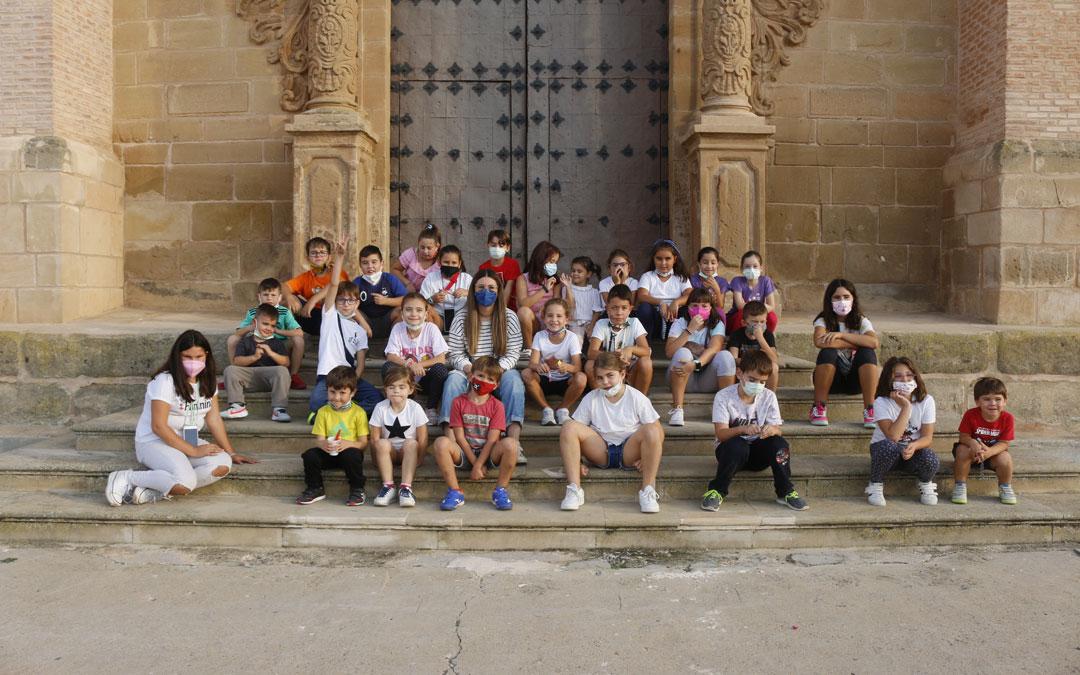 Foro de grupo en las escaleras de la iglesia de la Escuela del Tambor. / Laura Igado