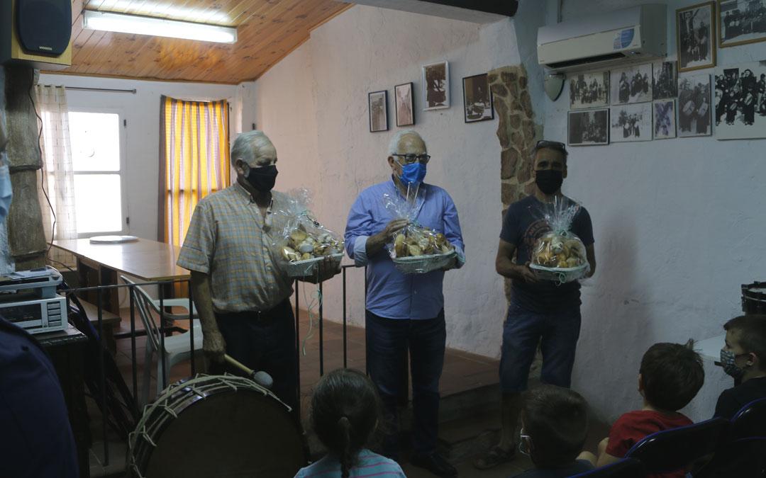 Anadón, Franco y Espés se llevaron un regalo de agradecimiento por sus clases. / Laura Igado