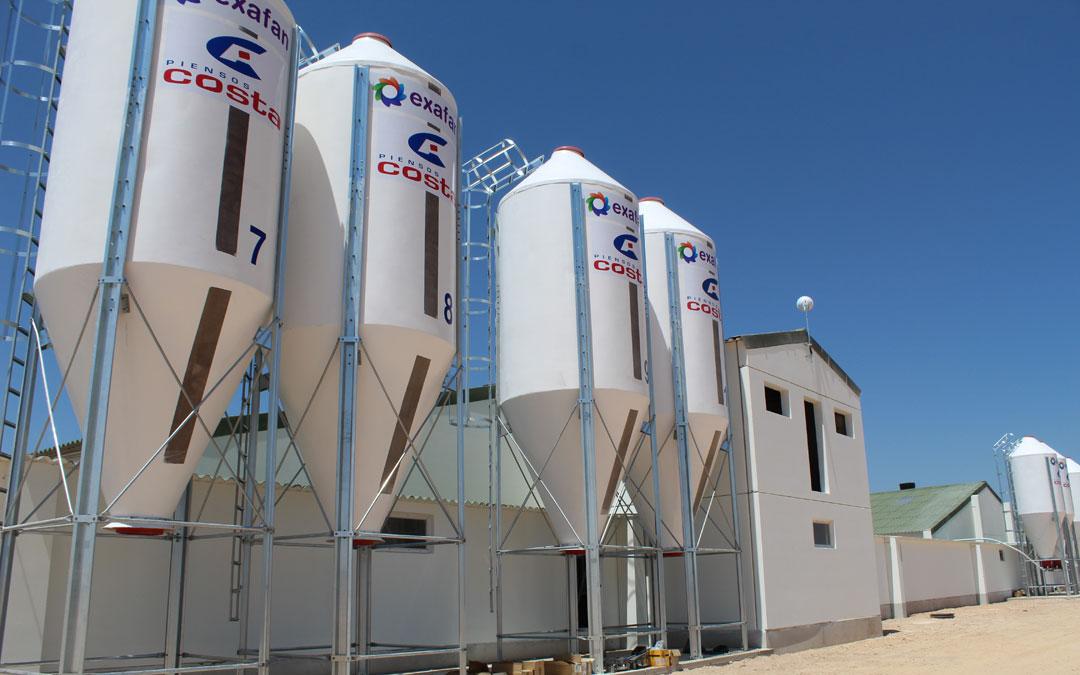 Exteriores de las instalaciones de 'Pork Calanda' en el término municipal samperino junto a la zona de placas solares. / B. Severino
