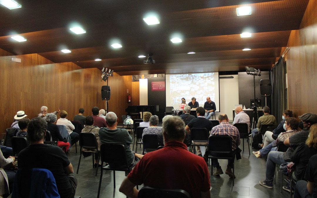 Asamblea comarcal de Teruel Existe en Alcañiz con Beatriz Martín, Tomás Guitarte y Joaquín Egea en la mesa. / B. Severino