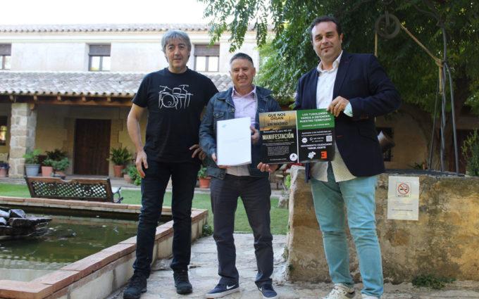 Teruel Existe entrega sus alegaciones a los proyectos eólicos a las asociaciones del Matarraña y Mezquín