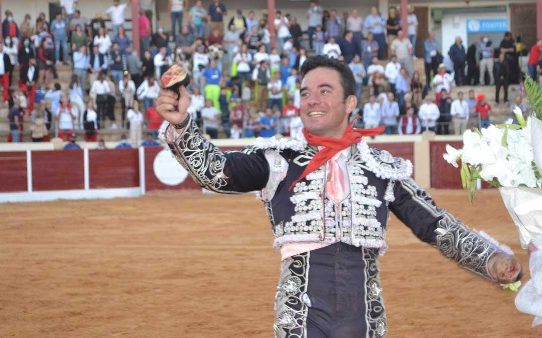 Imanol Sánchez con las dos orejas conseguidas en la plaza calandina. Foto. J.V.