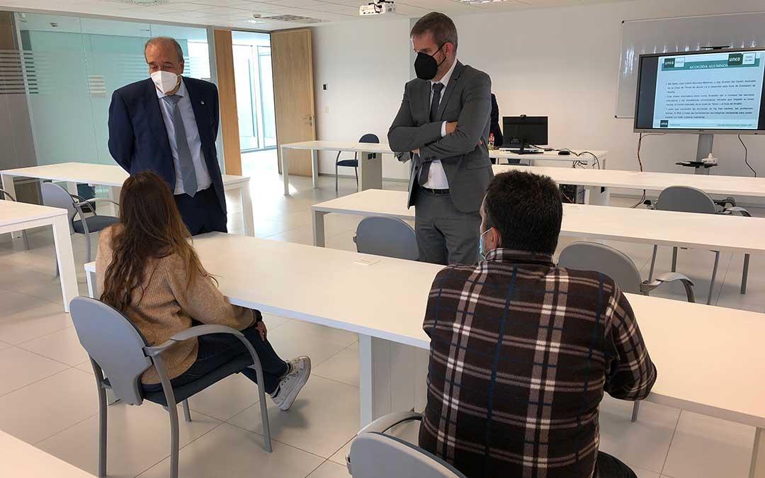 Urquizu y Rando conversando con una alumna y el profesor que han asistido al acto de bienvenida / DPT