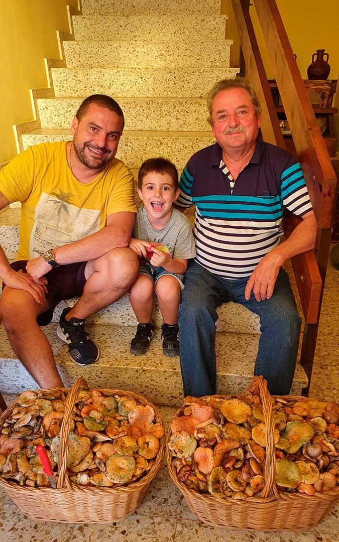 Tres generaciones, José, Óscar y Edgar Tejedor, de Valderrobres, tras una salida en busca de setas.