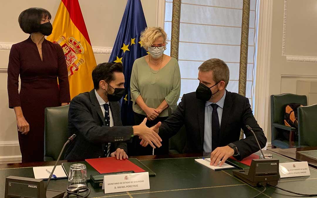 El secretario de Estado de Seguridad y el alcalde firmaron este lunes el convenio / Ayto. Alcañiz
