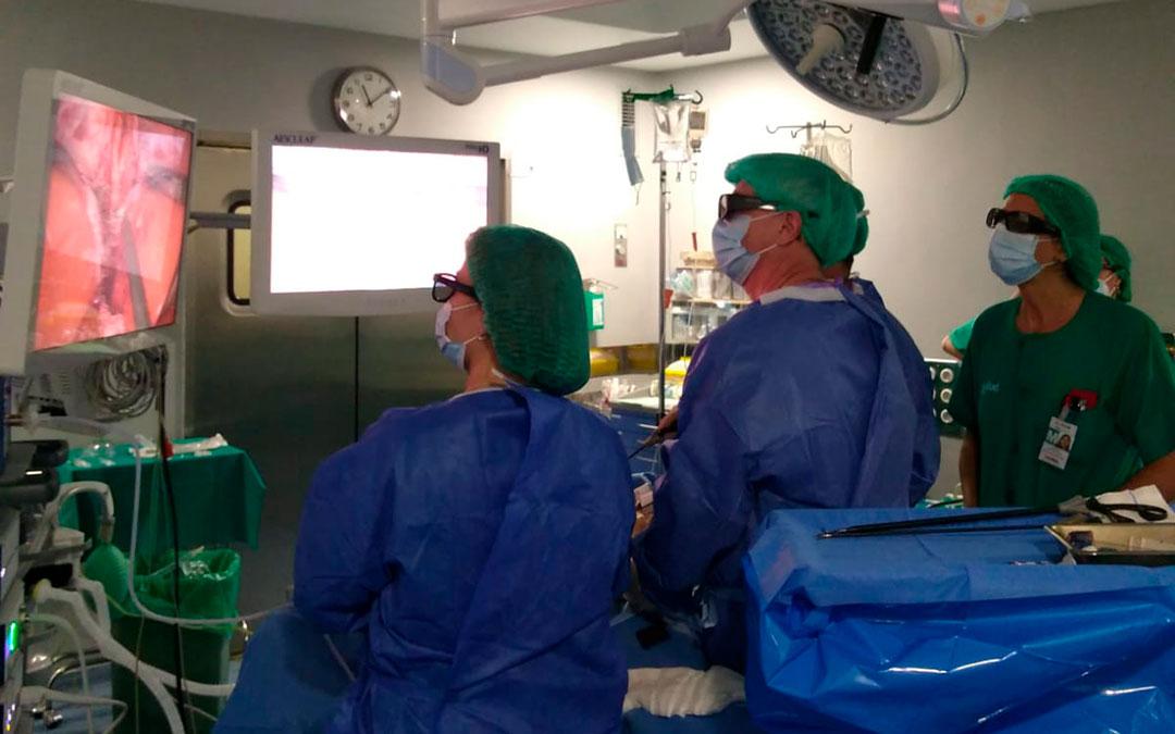 El servicio de Cirugía con gafas operando con la nueva tecnología 3D / La Comarca