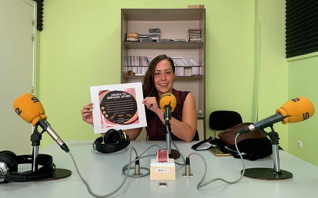Elia Corral, técnico de juventud en la Comarca del Bajo Aragó-Caspe, en Radio Caspe / Eduard Peralta