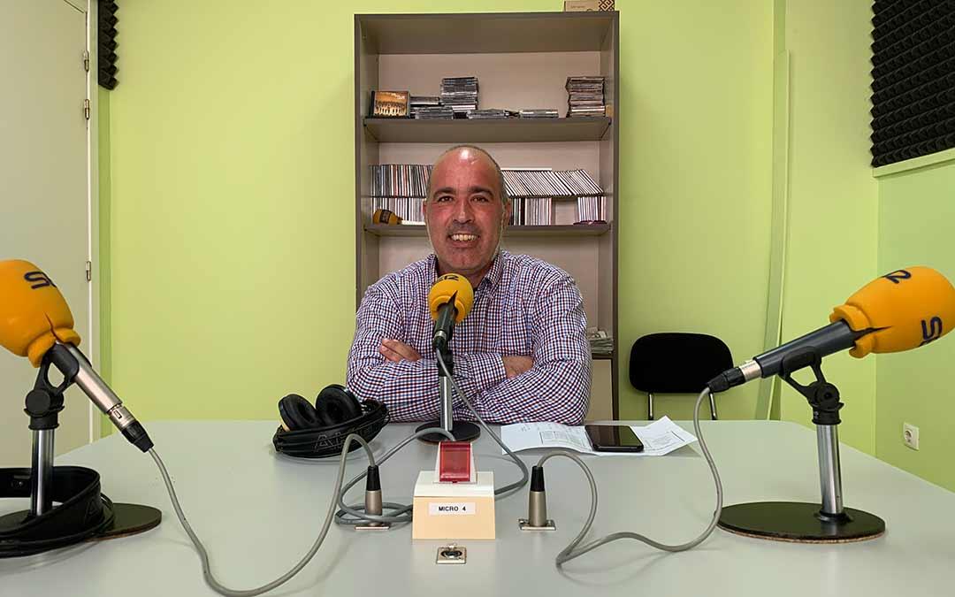 Rafael Guardia, concejal caspolino y portavoz de CHA, en Radio Caspe/ Eduard Peralta