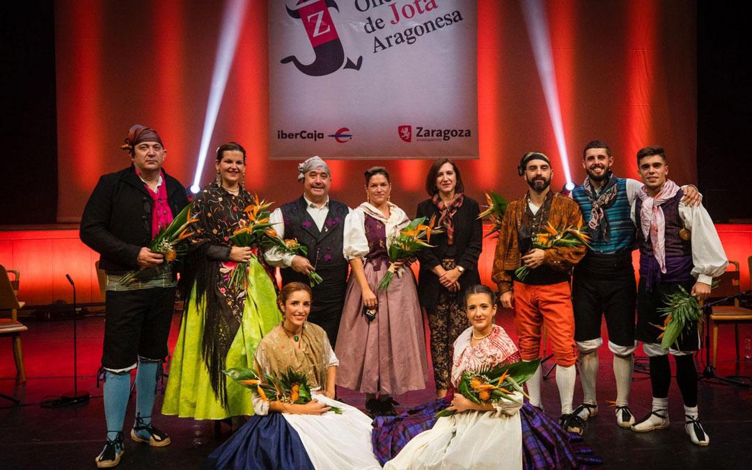 Altés, de pie segunda por la izquierda, junto a parte de los ganadores y la vicealcaldesa de Zaragoza, Sara Fernández. / ZaragozaCultura.es